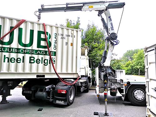 Het plaatsen van de opslagcontainer met vrachtwagen en kraan,